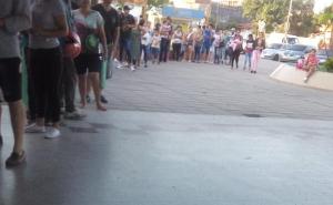 Cientos de personas hacen largas filas para pedir un turno en el Pediátrico Juan Pablo II