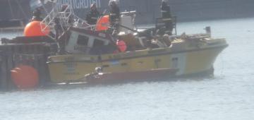 Un joven murió y su hermano resultó herido al explotar un barco pesquero