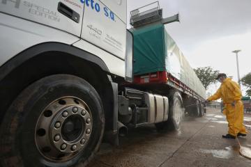 Coronavirus: Gustavo Valdés ordenó desinfectar los vehículos que ingresan por el puente Chaco - Corrientes
