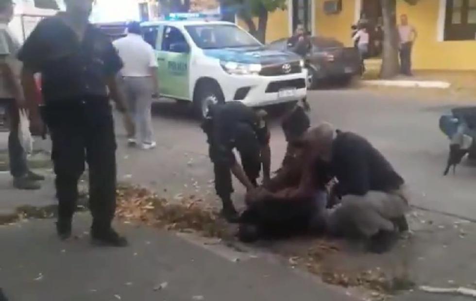 Video: vecinos detienen a un ladrón por robar ropas e intentan lincharlo