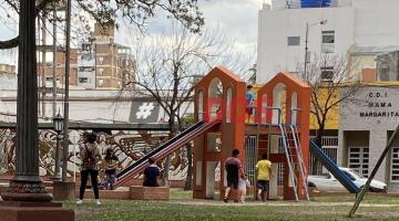 Plazas de Corrientes: exponen a padres que rompen las fajas de los juegos temporalmente prohibidos