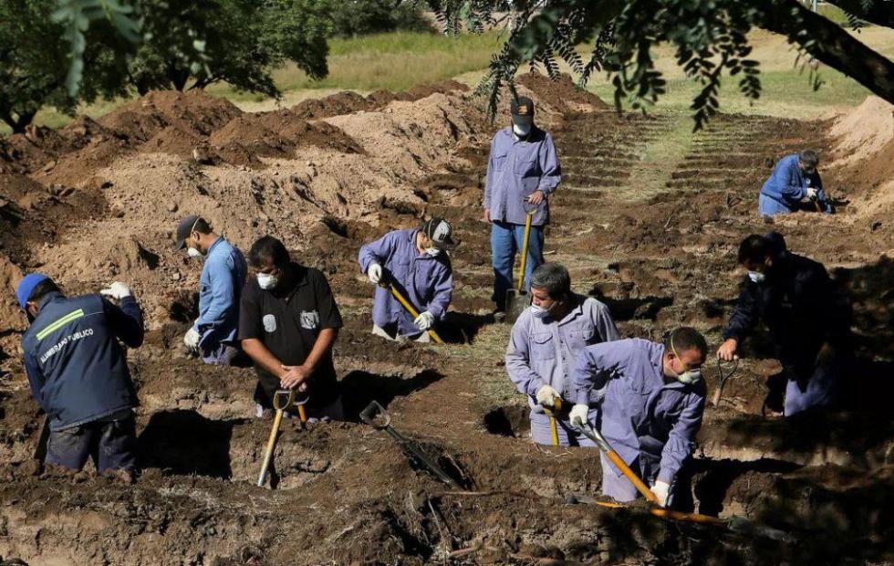 "Indonesia: condenaron a ""anti-barbijos"" a cavar tumbas para víctimas del coronavirus"