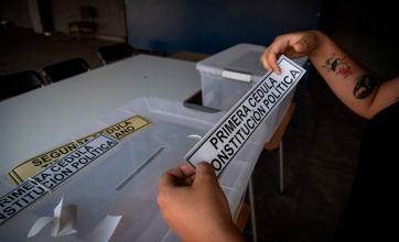 Historia: Chilenos deciden en un Plebiscito Nacional si dejan atrás la Constitución de Pinochet