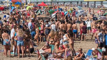 Aglomeración de gente en las playas de Pinamar