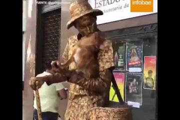 """Viral: El """"perro estatua"""" que sorprende al mundo"""
