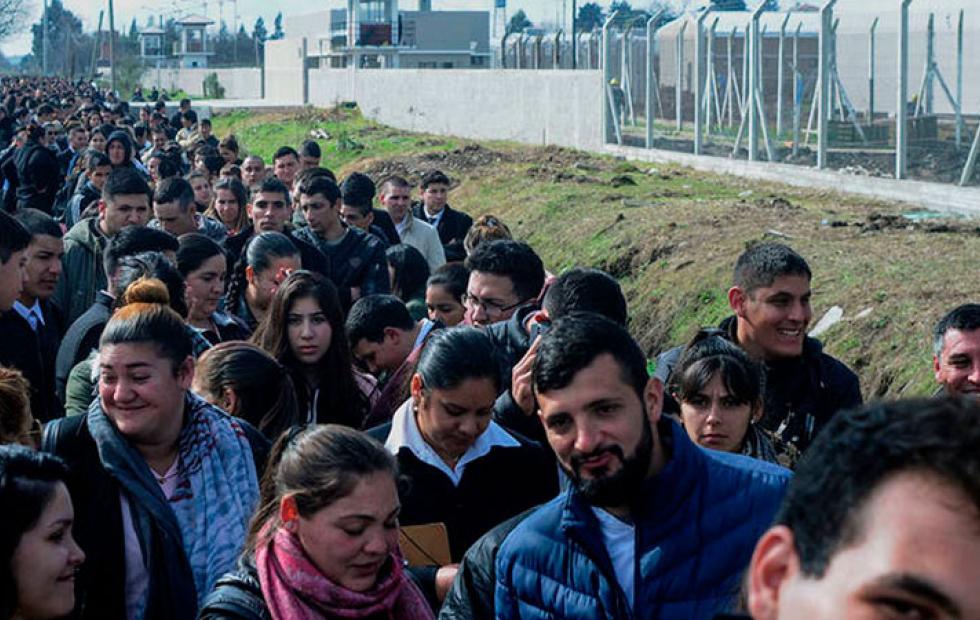 Más de un kilómetro de fila para trabajar en una cárcel de Buenos Aires