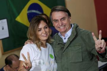 Bolsonaro y su mujer