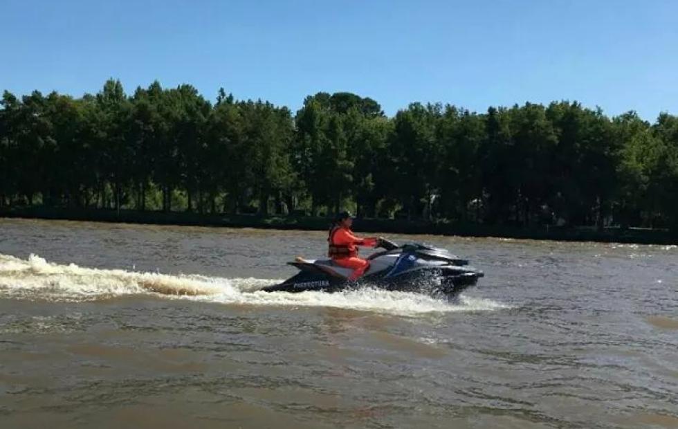 """Buscan a una menor que cayó al río Paraná mientras """"jugaba"""" en la costa"""