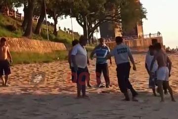 Impactante video La brutal pelea entre jóvenes de Chaco y Corrientes en la playa