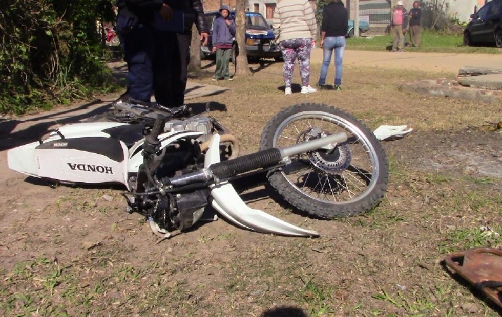 Un joven motociclista pierde su brazo derecho al chocar contra una camioneta