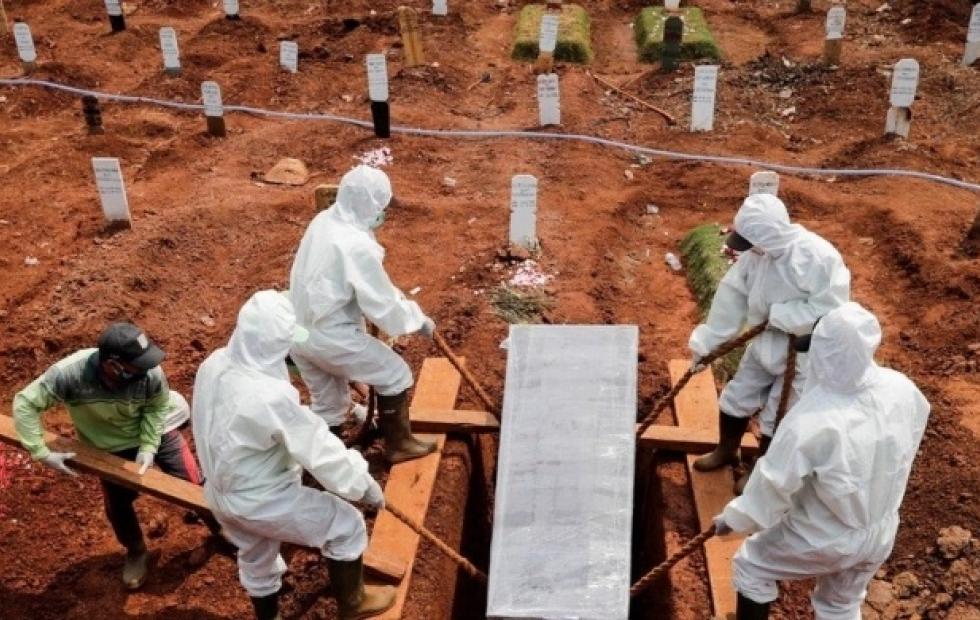 Se negaron a usar tapabocas y como castigo los obligaron a cavar tumbas