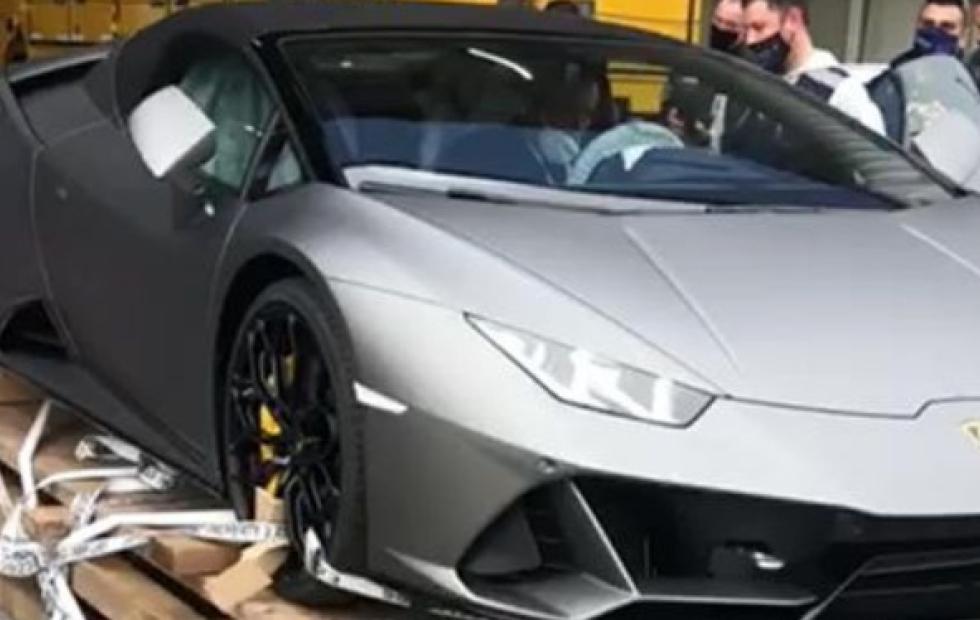 Llegó en avión un Lamborghini Huracan Evo Spyder — Sorpresa en Ezeiza