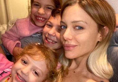 """Evangelina Anderson llevó a vacunar a sus hijos y el mayor conmovió por su actitud hacia sus hermanas: """"¡Sos un 10!"""""""