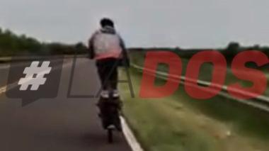 """Video: Joven hacía """"piruetas"""" en la moto y cayó sobre ruta 12"""