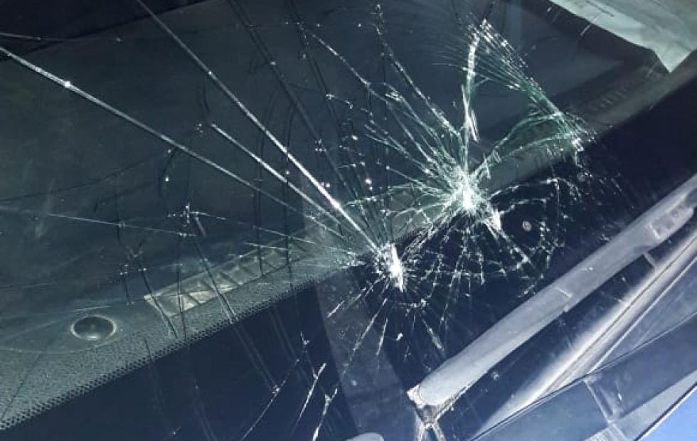 Patota integrada por menores y mujeres atacó un móvil policial en el barrio Trujillo