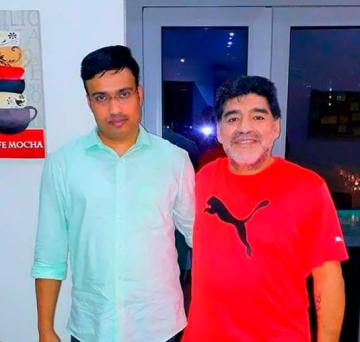 Sulaiman junto a Diego en su estadía en Emiratos Árabes