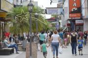 La mayoría de los comercios en peatonal Junín abrirá el jueves, pero cierran el Viernes Santo