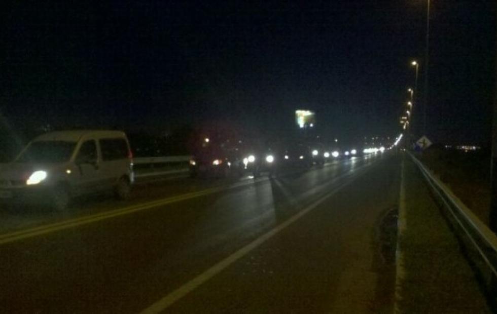 Mujeres se encadenaron en el puente Chaco Corrientes por reclamos salariales