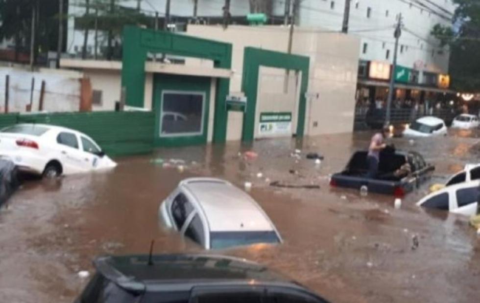 Video: Automovilistas varados en calles inundadas de Asunción