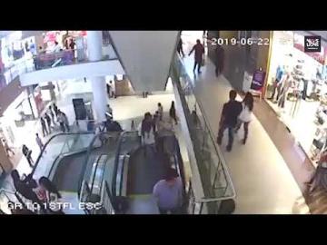 Un murió trágicamente al caer de una escalera mecánica en un centro comercial