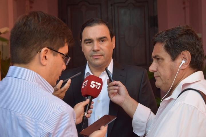 valdes con prensa 1.jpg