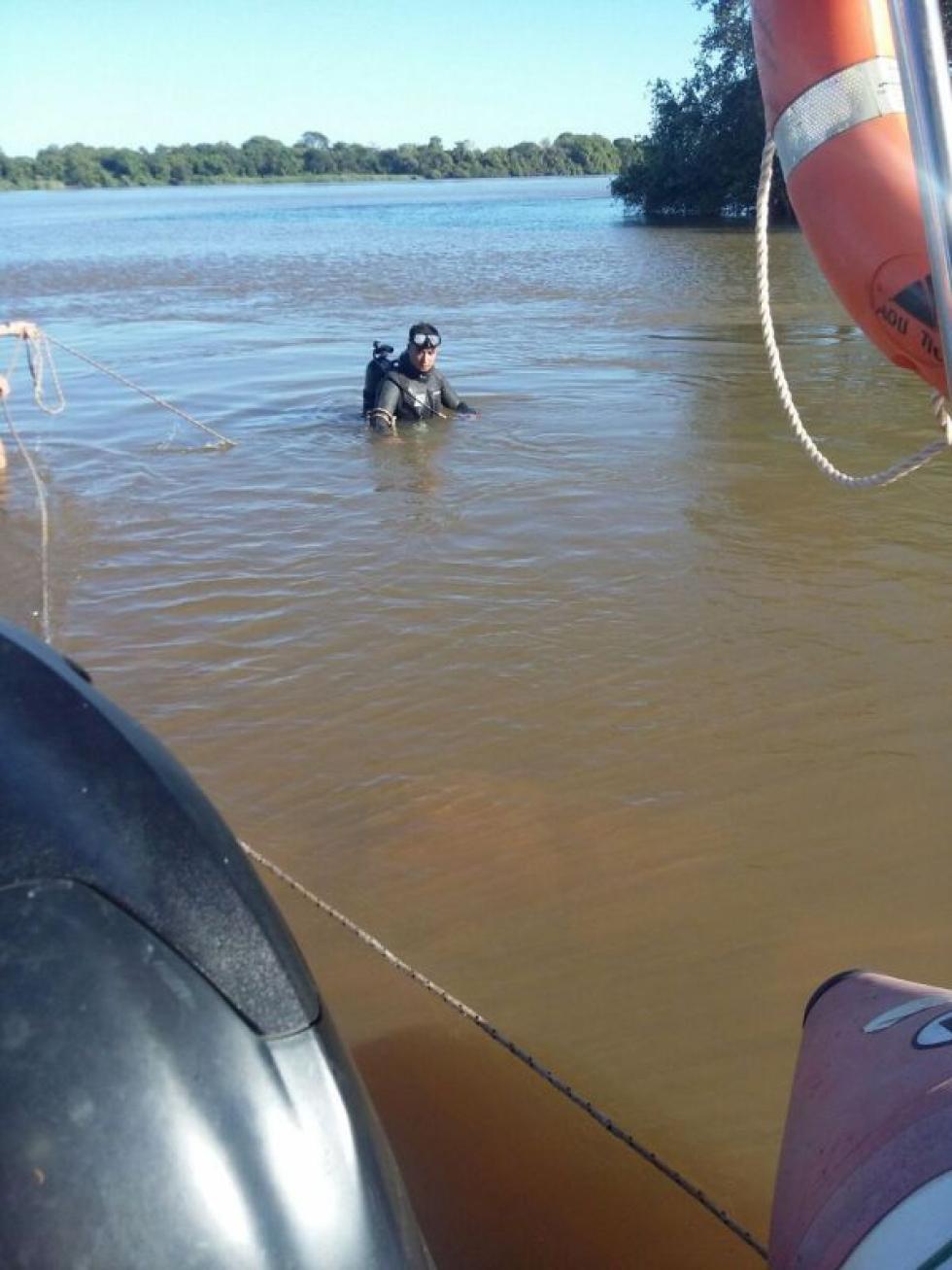 buscando cuerpo en el agua.jpg