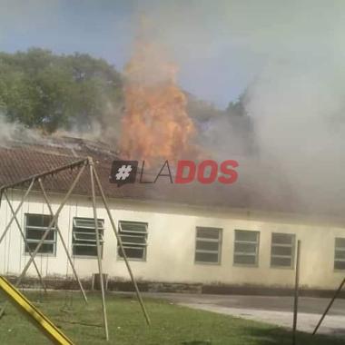 Fotos y videos: Pérdidas totales tras incendiarse una escuela en el interior de Corrientes