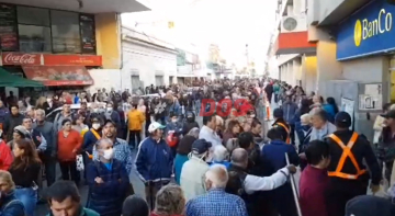 Largas filas para cobrar en los bancos de Corrientes