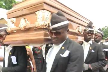 """La increíble historia detrás del video viral de los """"bailes"""" de africanos en funerales"""