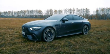 El Mercedes Benz GT63S valuado en 180.000 dólares, propiedad de un youtuber ruso. Captura de video