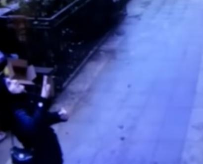 Increible video: Dos hombres atrapan a una niña que caía desde la ventana de un edificio