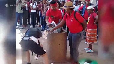 Joven se hace viral después de recoger la basura que una mujer sigue tirando al suelo