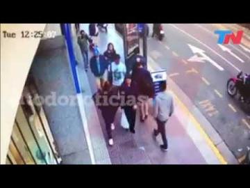 Motochorros le robaron la mochila a un hombre que iba caminando