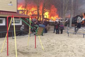 Niño ruso se columpia mientras hay un incendio