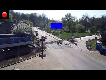 Salva a un motorista 'in extremis' de morir arrollado por un tren en República Checa