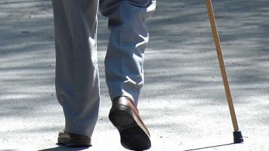 Abuelo con baston.jpg