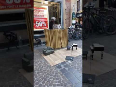 Freddy Mercury en el festival de marionetas en Francia | ¿No es encantador?