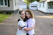 Buscó a su hermana durante 6 años y la encontró viviendo al lado de su casa
