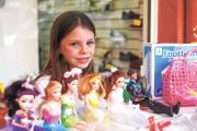 """Nena donó sus juguetes """"para los chicos en cuyas casas no puede llegar Papá Noel"""""""