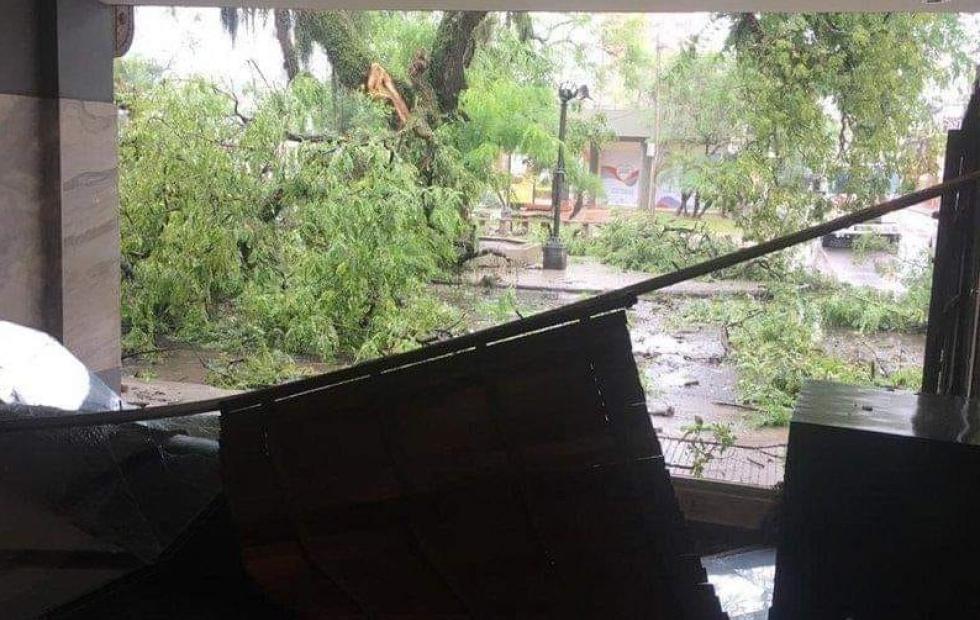 Vídeo: La intensa tormenta causó grandes daños en la plaza Vera