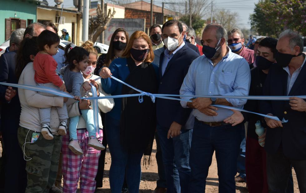 Valdés inauguró cordón cuneta y ripio en distintos barrios del sur de la Capital