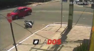 Chocó a una motociclista y la dejó adentro de la boca de tormenta copy