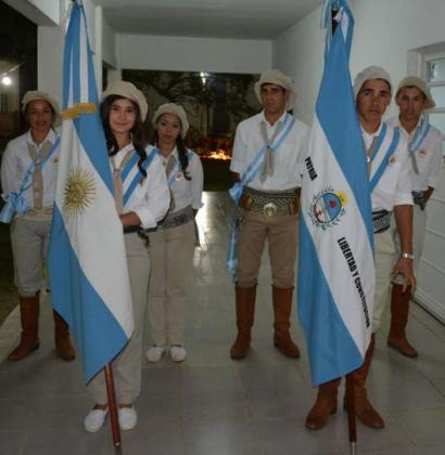 En una escuela agrícola de Paso Tala se graduaron vestidos de paisanos y paisanas