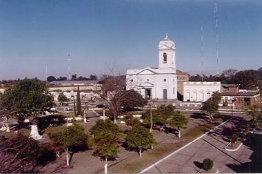 vista gral de la plaza, la iglesia y la municipalidad.jpg