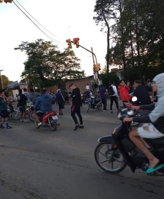 Corrientes: Jugaban al fútbol, la policía los desalojó y cortaron una avenida