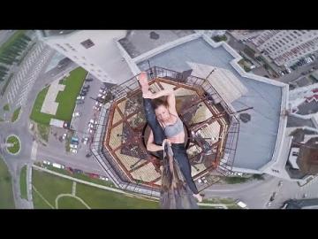 Esta Bailarina rusa de 'pole dance' realiza 'performance' en la cima de un edificio de 16 pisos