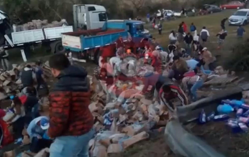 Video viral: Se llevan la mercadería de un camionero muerto en Corrientes