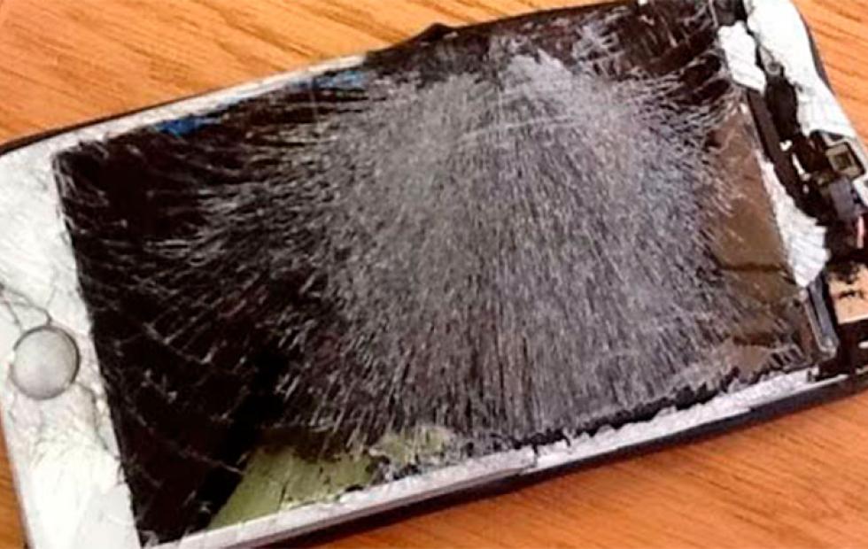 Video: Un joven murió electrocutado por cargar su celular mientras dormía