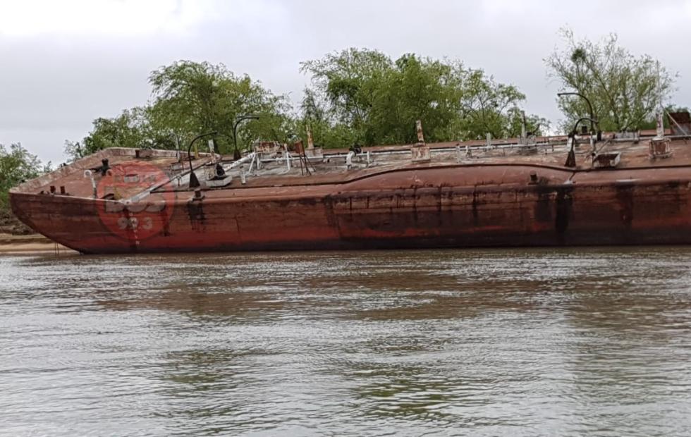 """Impactantes fotos y videos de barcazas """"fantasmas"""" por la bajante del río Paraná"""