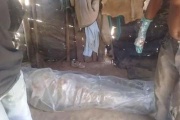 Impresionante: el cuerpo de un ser humano, entre plásticos.